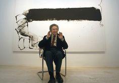 """O pintor e escultor catalão Antoni Tapies, uma das figuras de arte contemporânea mais importantes do mundo, está em frente à sua pintura """"Franja Negra"""". Tapies morreu em 6 de fevereiro,2012 em Barcelona. Ele tinha 88 anos. (Sergio Pérez / Reuters)"""