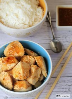 Pollo Salsa De Sesamo: 2 pechugas de pollo sin filetear, aceite de oliva, aceite de sésamo, semillas de sésamo, 2 cucharadas de salsa teriyaki, 100 ml de caldo de pollo y arroz basmati para guarnición