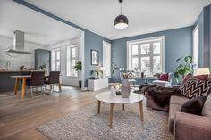 I denne flotte leiligheten på Frogner ligger treparketten Skovin Elegant i god harmoni med et moderne og tidsriktig interiør. Les mer på hjemmesiden vår! Scandinavian Living, Blue Rooms, Apartment Design, Living Room Designs, Sweet Home, Dining Table, Flooring, Interior Design, Elegant