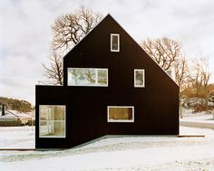 Beautiful house in the snow. Love the archetype design and the colour in combination with the window display giving it an almost graphic look.