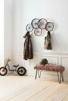 Оригинальная вешалка из колёс и лавочка в прихожей