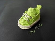 Flex vicariously through your little one and the police officer the most current and most awaited newborn baby footwear apparel. Crochet Converse, Crochet Baby Shoes, Crochet Baby Booties, Crochet Slippers, Crochet Patron, Knit Crochet, Baby Knitting Patterns, Crochet Patterns, Baby Slippers