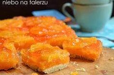 Mazurek pomarańczowy na kruchym cieście, piękny w kolorze, bardzo dekoracyjny i smaczny. Świeży, wiosenny smak w sam raz na Wielkanoc.