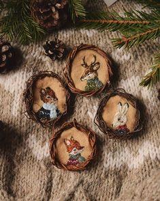 Hand Embroidery Stitches, Modern Embroidery, Embroidery Hoop Art, Christmas Themes, Christmas Bulbs, Artist Aesthetic, Woodland Christmas, Fairytale Art, Woodland Theme