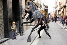 """""""Caballos de Menorca"""" actuación del espectáculo de calle de Tutatis. #streettheatre Más información en http://www.tutatis.es/esp/detalle.asp?id=49"""