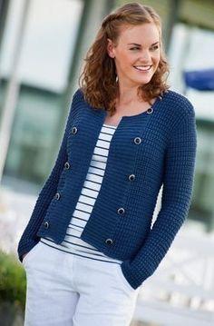 Den strukturstrikkede, marineblå jakke er et sommerhit