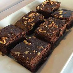 ¿Qué me dirías si pudieras comer estos brownies súper húmedos y chocolatosos sin romper la dieta? ¡Creeme! Esta es una de las recetas que @weekitfit compartió en el #FindeFit y dejó a todos con la boca abierta. Pruébenla y me cuentan, los quiero  Brownies proteicos de chocolate Ingredientes: 2 huevos. 3 claras. 1 taza de harina de avena. 1 cucharada de aceite de coco. ¼ de taza de leche (de vaca o vegetal). 1 cucharadita de bicarbonato de sodio. 100 grs de chocolate amargo (sin azúcar)...