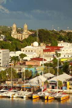 Della serie #lavitahabisognodicaraibi La colorata St. Johns #Antigua #Caraibi