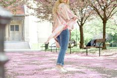 Blogger Outfit Converse Schuhe von Deichmann unter Kirschblüten Pastel Pink, Bell Bottoms, Pink Flowers, Bell Bottom Jeans, Outfits, Suits, Kleding, Outfit