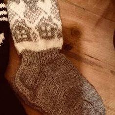 Mökkisukkien kuvio | Kodin Kuvalehti Knitting Socks, Fingerless Gloves, Arm Warmers, Mittens, Winter Hats, Fashion, Knit Socks, Fingerless Mitts, Fingerless Mitts