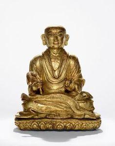 """伐那婆斯尊者 创作年代 17世纪 尺寸 高16.5cm 估价 280,000 - 350,000 HKD 成交价 -- 作品分类 佛教文物其它 作品描述 藏东 红铜鎏金 伐那婆斯尊者(Arhat Vanavāsin),藏文译为""""gnas bstan nags la gnas"""",意为""""林中居士""""。伐那婆斯出生于古印度库萨拉(Kośala)地区一婆罗门家中,成人后成为精通四种吠陀(Veda)和多种学科知识的大学者。因苦于世间烦恼,于是放弃家产来到室罗伐悉底城(Shravastiand)七叶山(Saptaparni)中丛林静修。后皈依释迦牟尼修习佛法,终获罗汉果位。据《大阿罗汉难提蜜多罗所说法住记》载,""""第十四尊者(也即伐那婆斯尊者)与自眷属千四百阿罗汉。多分住在可住山中。""""另据克什米尔班钦所造《十六罗汉礼供文》,伐那婆斯尊者居第三位,居于七叶窟山洞,被一千四百位阿罗汉围绕,一手结期克印,一手持拂麈。…"""