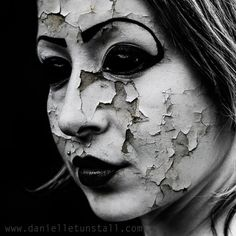Are you looking for scary horrifying Halloween makeup ideas for women to look the best at the Halloween party? See our photo collage to pick the one that fits the Halloween costume. Sfx Makeup, Costume Makeup, Makeup Art, Face Makeup, Makeup Ideas, Arte Horror, Horror Art, Scary Halloween, Halloween Makeup