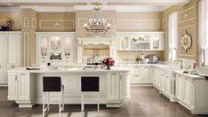 Idee per arredare la cucina classica: soluzione con ante chiare e top marrone