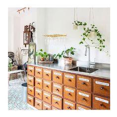 Un piso en Estocolmo con un encanto muy especial gracias a la mezcla de estilos. ¡Este mueble boticario transformado en mueble de cocina es lo máximo! ❤️❤️❤️ ---> www.tres-studio-blog.com #fichajesdeco #mezcladeestilos #decoracioncocina #estilovintage #mueblevintage