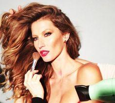 Hairstylist de celebridades ensina como ter o cabelo de Gisele Bündchen - http://epoca.globo.com/colunas-e-blogs/bruno-astuto/noticia/2013/09/hairstylist-de-celebridades-ensina-como-ter-o-cabelo-de-bgisele-bundchenb.html (Foto: Reprodução Instagram)