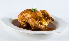 Saiba como assar um frango no forno. O resultado deste frango assado no forno? Uma carne tenra e suculenta, a pele dourada e crocante.