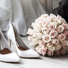 Beach wedding tips. All brides dream of finding the most appropriate wedding day, but for this they require the ideal bridal wear, with the bridesmaid's outfits complimenting the brides dress. These are a number of tips on wedding dresses. Perfect Wedding, Dream Wedding, Wedding Day, Wedding Anniversary, Wedding Flowers, Floral Wedding, Wedding Bouquet, 2017 Wedding, Wedding Dreams