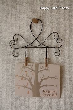 "for hangers at Audreys. maybe put ""FAMILY"" in the open part of hanger and then the names down the holders Wire Hanger Crafts, Wire Hangers, Wire Crafts, Diy And Crafts, Christmas Crafts For Gifts, Craft Gifts, Wire Wrapped Jewelry, Wire Jewelry, Copper Wire Art"