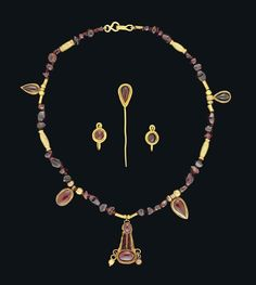 A SET OF ROMAN GOLD AND GARNET JEWELLERY - CIRCA 1ST-2ND CENTURY A.D.