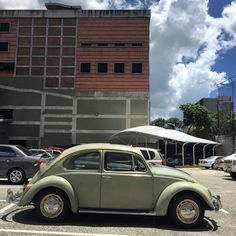 Ayer vi #unescarabajopor Maripérez #vw #beetle #vwbeetle #beetlelove #vwbug #vdub #volkswagen #morninautos #soloparking #chivera #aircooled (at Hermandad Gallega)