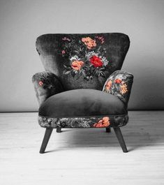 Dark floral armchair - Diy Home Decor Funky Furniture, Furniture Makeover, Furniture Decor, Painted Furniture, Furniture Sets, Decorative Pebbles, Dark Living Rooms, Decoration Bedroom, Upholstered Chairs