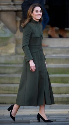 Kate Middleton wore a green Alexander McQueen coat, a print dress by Zara, Zeen ceramic earrings and Aspinal of London Mayfair bag Kate Middleton Stil, Estilo Kate Middleton, Duke And Duchess, Duchess Of Cambridge, Diana, Princesa Kate Middleton, Herzogin Von Cambridge, Kate And Meghan, Estilo Real