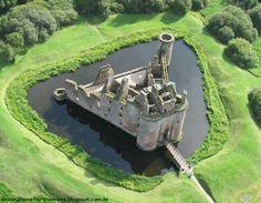 Caerlaverock Castle - Dumfries, Scotland - http://destinations-for-travelers.blogspot.com.br/2013/06/castelo-caerlaverock-dumfries-escocia.html