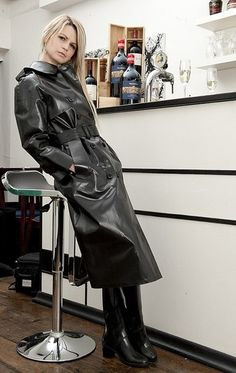 SBR mac from Gekko Rainwear. Pvc Raincoat, Plastic Raincoat, Hooded Raincoat, Patent Trench Coats, Imper Pvc, Black Mac, Rubber Raincoats, Weather Wear, Raincoats For Women