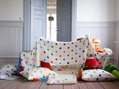 IKEA Österreich, Inspiration, Textilien, Bettwäscheset IKEA PS, Tischleuchte SKOJIG