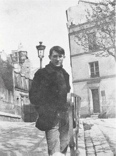 Pablo Picasso in front of Le Bateau-Lavoir Montmartre - Paris 1904