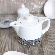 Handbemalte Teekanne somewhat angular von RoomforEmptiness auf Etsy, €20,00