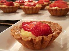 Overheerlijke aardbeientaartjes met banketbakkersroom
