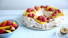 Pavloa med tropiske frukter Pavlova, Panna Cotta, Dessert, Baking, Ethnic Recipes, Food, Dessert Food, Dulce De Leche, Desserts