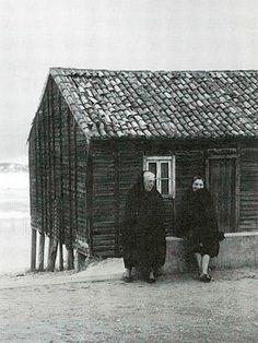 """Portugal, Praia da Tocha. Foto (anos 70 do séc. XX) extraída do livro """"Praia da Tocha / Palheiros da Tocha"""" de Alice Andrade. Associação de Moradores da Praia da Tocha 2001"""