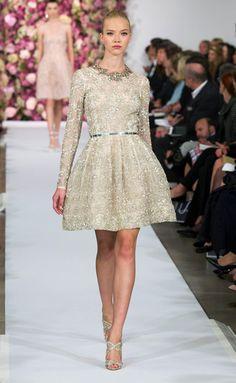 Oscar de la Renta en su desfile de primavera verano 2015. Silueta femenina con falda abullonada y detalles joya.