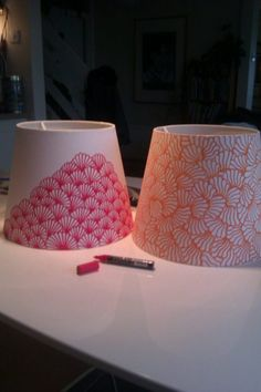 DIY Inspiration: Lampenschirme mit einem Marker gestalten // decorating lampshades with a pen. A very cool way to jazz up a boring lamp shade the inexpensive way. I like how te patterns have been kept simple too ; Sharpie Crafts, Diy Crafts, Sharpie Paint, Paint Pens, Decor Crafts, Decorate Lampshade, Painted Lampshade, Diy Lampshade, Lampshade Designs