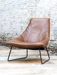 Lederen eenzit met zwart metalen onderstel Bijpassende footstool beschikbaar Beschikbaar in verschillende leders & lederkleuren & onderstellen Afmetingen: 82 X 90...