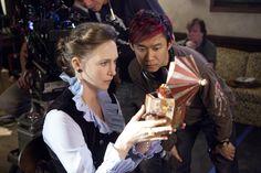 """James Wan dirigindo Vera Farmiga durante as gravações de """"Invocação do Mal"""" (2013)"""
