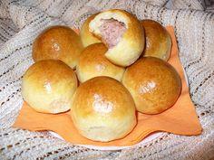 Vykostěný bůček bez kůže nakrájím na plátky max. 1 cm silné, přidám ingredience (bez vajíčka, solamylu a strouhanky) a vše důkladně promíchávám... My Favorite Food, Favorite Recipes, Czech Recipes, Ciabatta, Hamburger, Recipies, Muffin, Bread, Breakfast