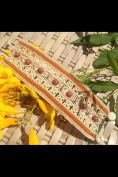 Macrame com pedra do sol Macrame Knots, Micro Macrame, Macrame Jewelry, Macrame Bracelets, Friendship Bracelets, Biscuit, Diy And Crafts, African, Homemade