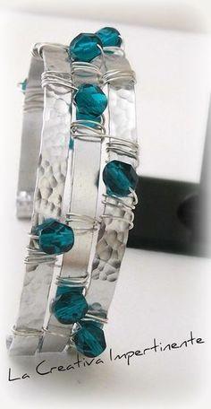 Seguendo l'ispirazione del nastro di alluminio, ho realizzato questo bracciale unendo l'effetto lucido e liscio conla lavorazionemartell...
