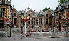 François II meurt à Orléans à l'hôtel Groslot. -L'état de santé du roi s'aggrave dès novembre 1560. Le 16 novembre, il a une syncope. Après seulement 17 mois de règne, François II meurt le 5 décembre 1560 de maux insupportables à l'oreille. Il s'agissait peut-être d'une mastoïdite, d'une méningite, ou encore d'une otite devenue un abcès. La trépanation fut envisagée par Ambroise Paré. Certains soupçonnent les protestants de l'avoir empoisonné, rumeurs dénuées de fondement François Ii, 16th Century, Street View, Henri, Noblesse, Otitis Media, Ear