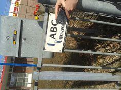 letters op een hek (schreefloos, bovenkast, romein)