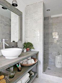 carrelage gris brillant, lavabo rond à poser et meuble salle de bain bois