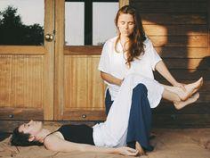 Лена Гутникова  Аккредитованный массажный терапевт, тренер. Обучалась в лучших массажных школах Москвы и Чиангмая (Таиланд), прошла курсы по анатомии опорно-двигательного аппарата. Практикует с 2013 года, преподает с 2016, проводит семинары по массажу и питанию в России, Испании, Таиланде. Ее стиль комбинированный: тайский терапевтический массаж с элементами остеопатии, влияющий целостно на физиологические, энергетические, психо-эмоциональные процессы.