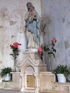 Statue la vierge et l'enfant, à Savigny (50)