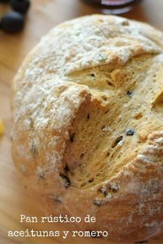 Pan casero elaborado con harina de trigo para pan e integral, aceitunas y romero. De aspecto rústico, corteza crocante y miga densa.