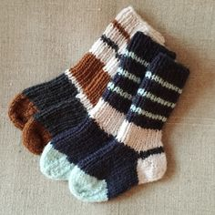 Baby Boy Knitting, Knitting For Kids, Baby Knitting Patterns, Free Knitting, Knitting Socks, Knitting Ideas, Knit Slippers Free Pattern, Knitted Slippers, Boys Closet