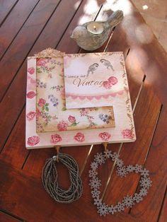Percha con retal de Dm, decorada con papel decoupage, servilletas y stencils