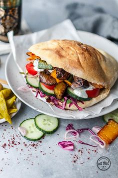 Vegetable doner with aubergine, zucchini and bell pepper Vegetarian Lifestyle, Vegetarian Recipes, Healthy Recipes, Beginner Vegetarian, Cooking Recipes, Eat Burger, Sandwich Vegan, Sandwich Recipes, Blog Vegan